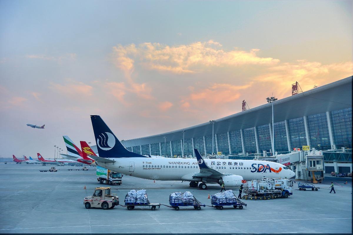 """2017年郑州机场平均航班放行正常率82%   大公网1月12日讯(记者 冯雷)乘坐航班出行,广大旅客最关心的事情莫过于安全和航班放行正常率。根据中国民航局初步统计,2017年郑州机场平均航班放行正常率82%,再次成为全国十大准点机场之一,亦首次跻身全国""""6大准点""""机场行列。   在全国27个年旅客吞吐量超过1000万人次的民用机场中,郑州机场2017年航班正常放行率82."""
