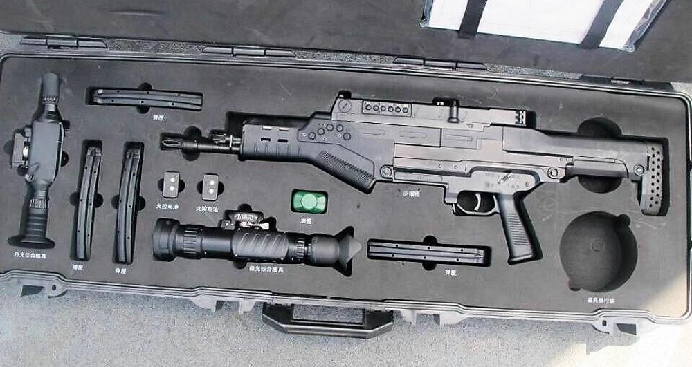 """解放军首次公开使用""""战略步枪"""" 弹道可设定"""