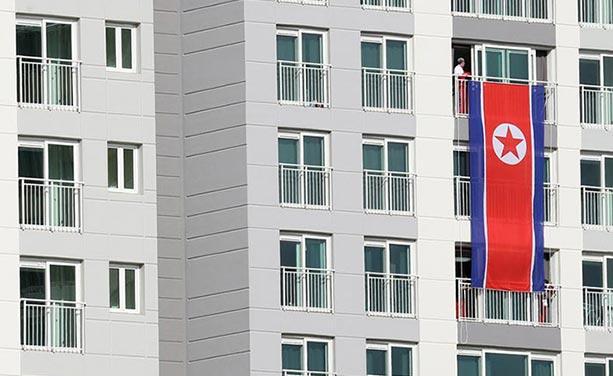 霸气!朝鲜代表团奥运村公寓阳台挂巨幅国旗