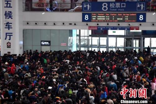 2月9日,福州火車北站旅客在候車廳排隊等候檢票上車。隨着春節日漸臨近,中國各地鐵路迎來節前春運客流高峰。張斌 攝