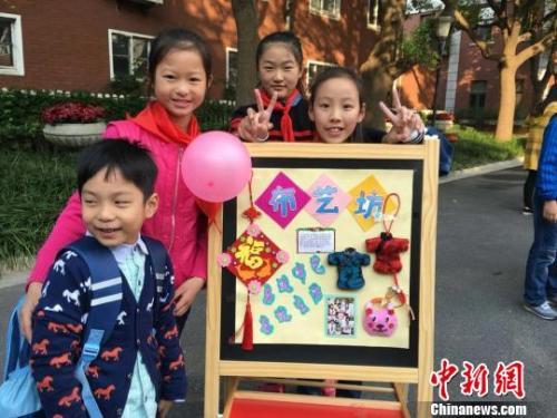 """資料圖:上海寶林路三小""""快樂半小時"""" 的""""布藝坊""""讓喜愛布藝製作的孩子發揮所長。 芊燁 攝"""