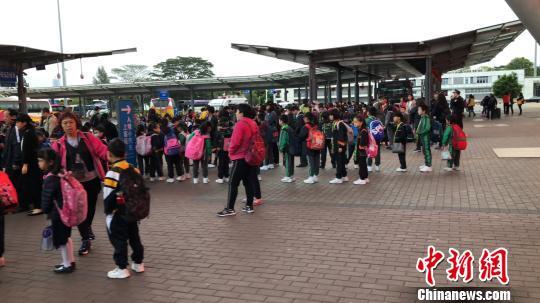 跨境學童在北廣場列隊集合 黃釗 攝