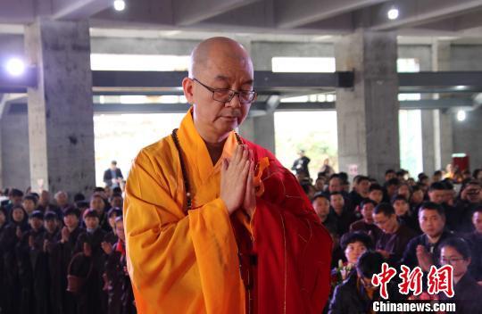 中国佛教协会会长、莆田广化寺方丈学诚大和尚在莆田广化寺为信众传授三皈五戒。 龙天 摄