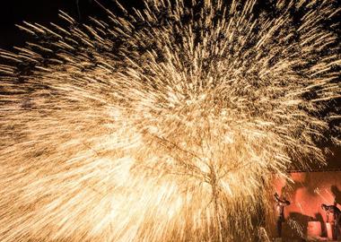 4元宵节 来偃月古城见证一场最浪漫的铁花雨
