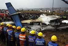 尼泊尔一架载71人客机坠毁起火