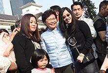 林郑月娥与市民合照