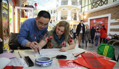 中国年味出国门 一城两国迎新春
