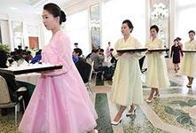 韩国艺术团在平壤顶级餐馆就餐