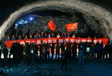 北京興延高速白羊溝隧道貫通