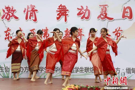 華僑大學東南亞留學生們充滿異域風情的舞蹈表演。 劉沛 攝