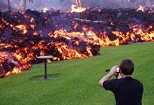 熔岩阻断道路夏威夷民众淡定拍照