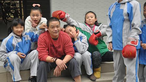 672个孤儿的大家长:让他们像别的孩子一样长大