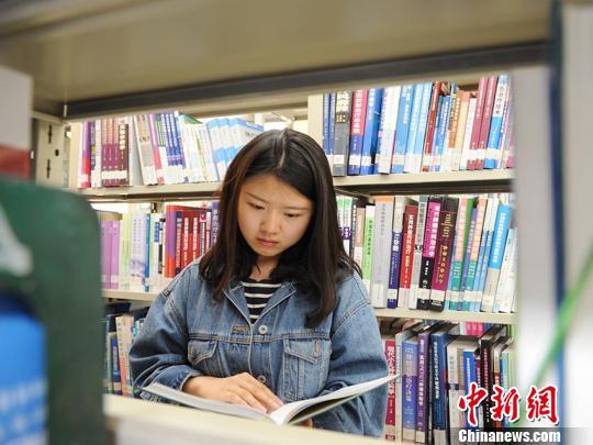 江夢南到圖書館查閲資料 劉棟 攝