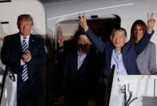 特朗普迎接从朝鲜返回的美国人