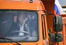 普京亲自驾卡车通过赤海峡大桥