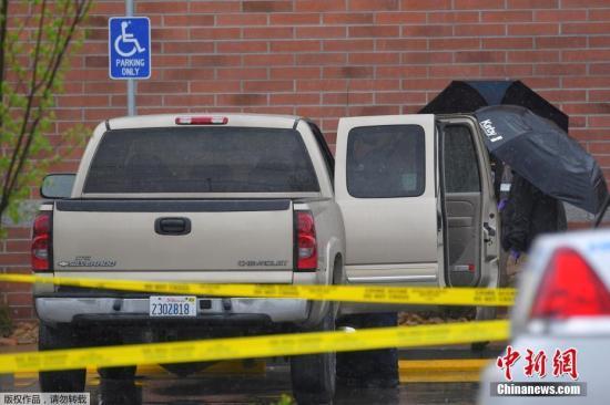 据美媒报道,当地时间4月22日凌晨,美国田纳西州纳什维尔市郊传出枪击案,一名枪手在凌晨三点左右闯入当地一间华夫饼店开枪,造成4人死亡,7人受伤。枪手作案后徒步逃逸,警方目前正在通缉29岁的白人男子伦金。事发时,29岁的顾客肖在关键时刻从背后冲上去制服枪手,避免了更大的伤亡。据报道,当地时间22日凌晨3点25分,一名男子驾车抵达纳什维尔东南部小镇Antioch的一间华夫屋,枪手在车里坐了数分钟后,持AR-15步枪在华夫屋外朝2人开枪,之后他进入店内进行滥射,事件中有4人死亡,包括店外的2名路人及店内的2名顾客,另有7人受伤。事发时,现场有一名勇敢的顾客趁枪手走神时,从后面扑上去与他厮打在一起...