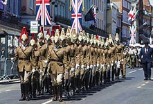 英国士兵为哈里王子大婚带妆彩排