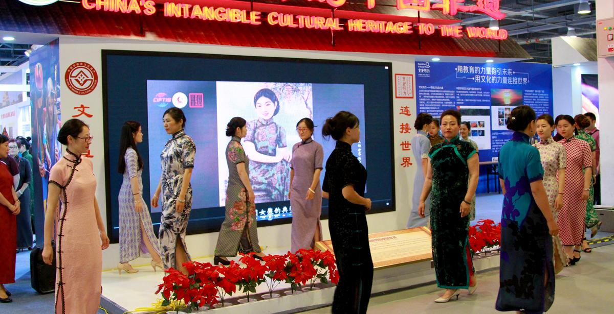非遗主题盛宴亮相京交会 中国传统旗袍惊艳全场