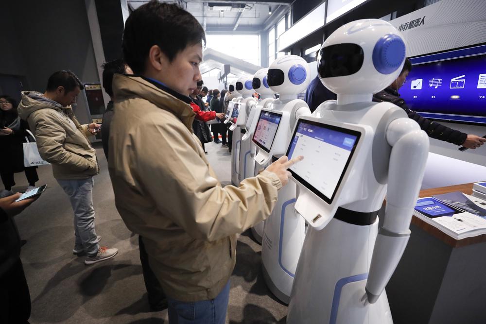 图:在去年的乌镇世界互联网大会上,与会者体验人工智能机器人 资料